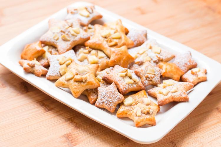 Galletas de aceite y limón con cobertura de manzana y nueces